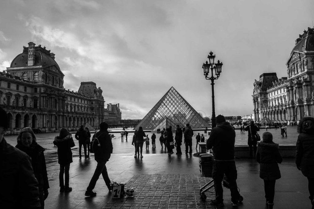 Pirámide del Museo Louvre (París)