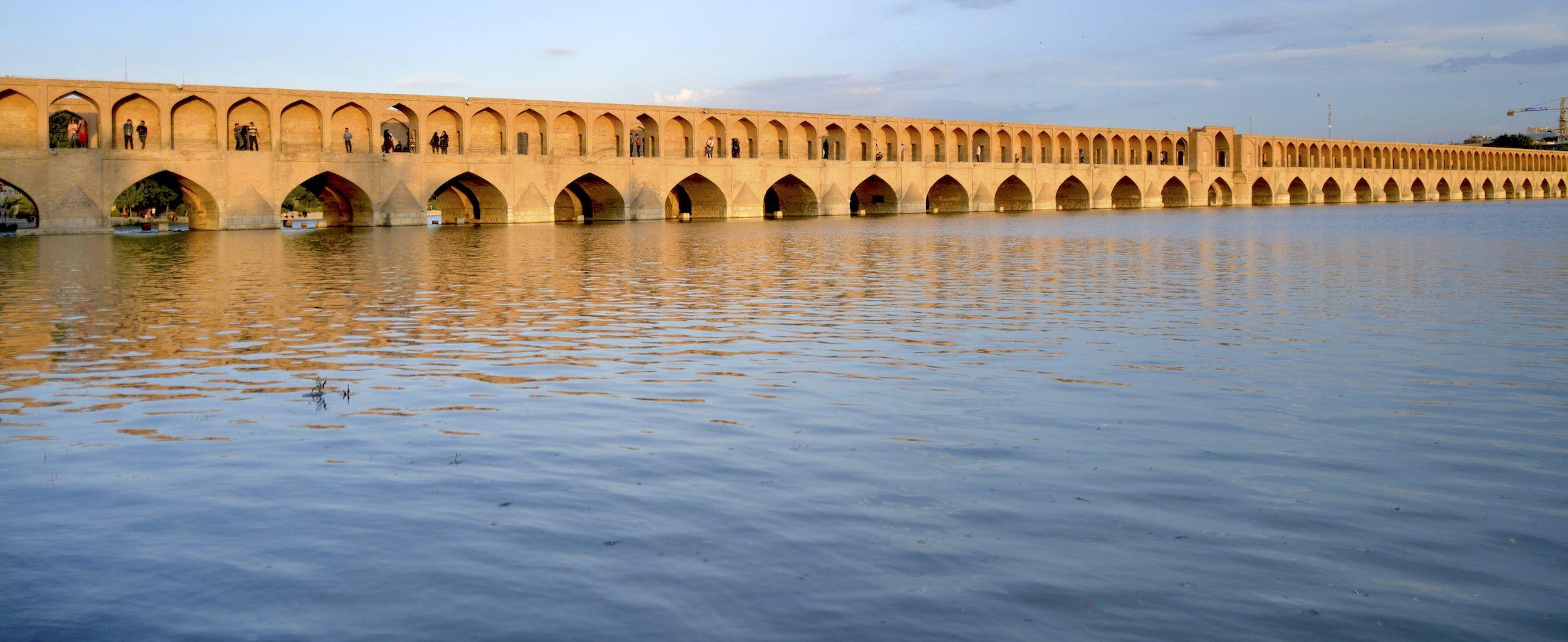 Puente Si-o-se Pol (de los 33 arcos) en Isfahan