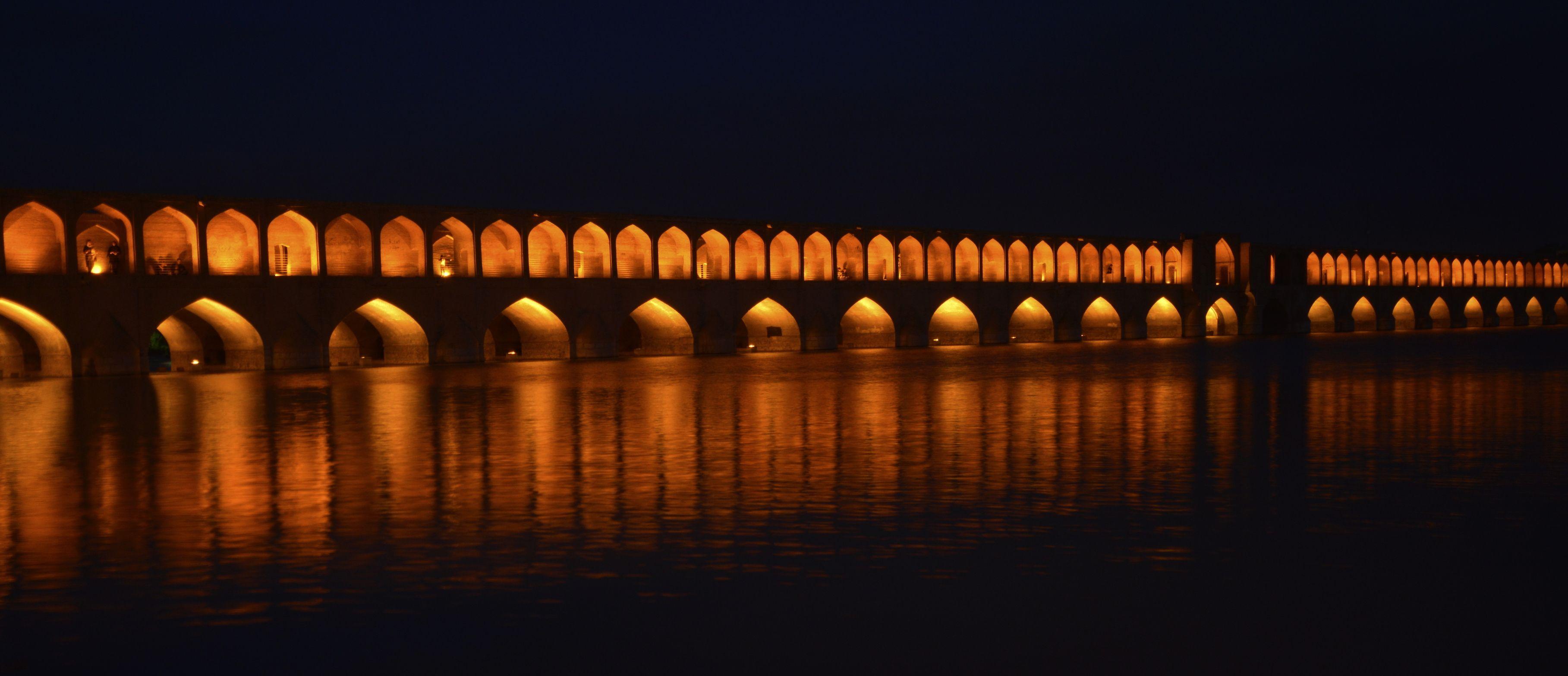 Puente Si-o-se Pol iluminado