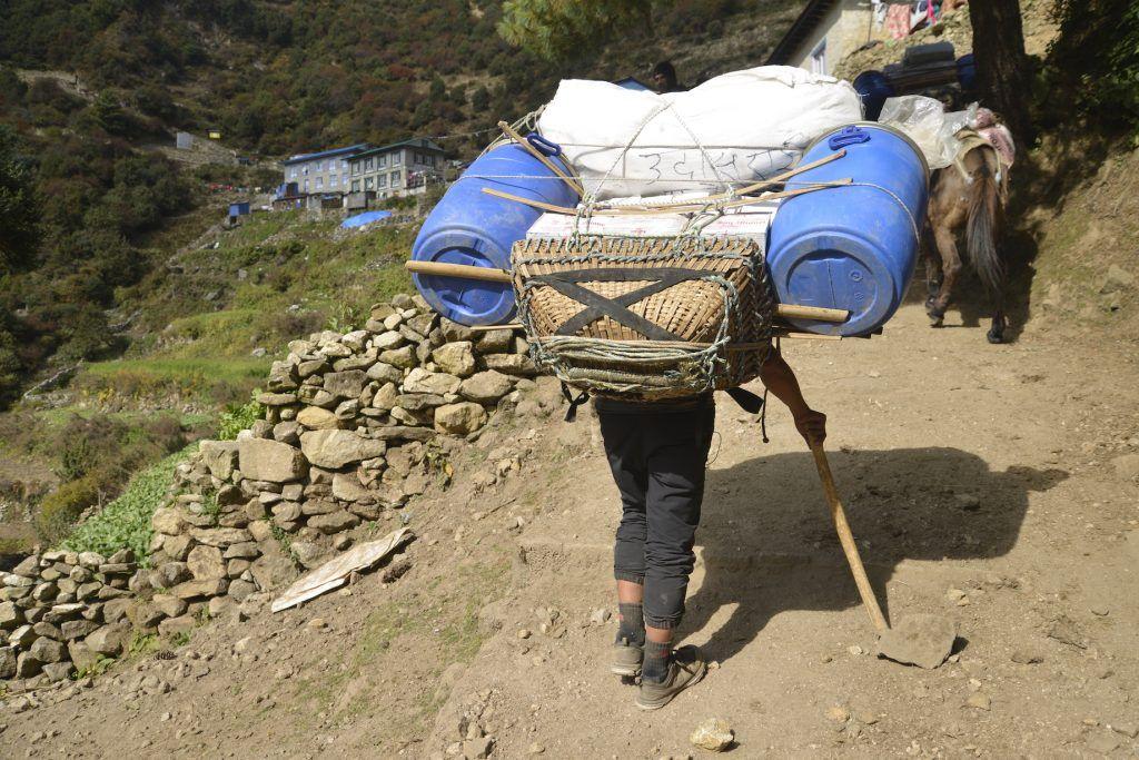 Sherpa ascenciendo por la montaña. Nepal