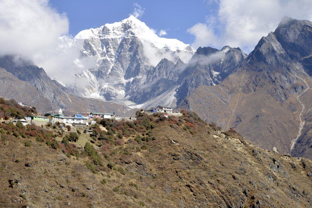 Collado y santuario de Mong. Nepal