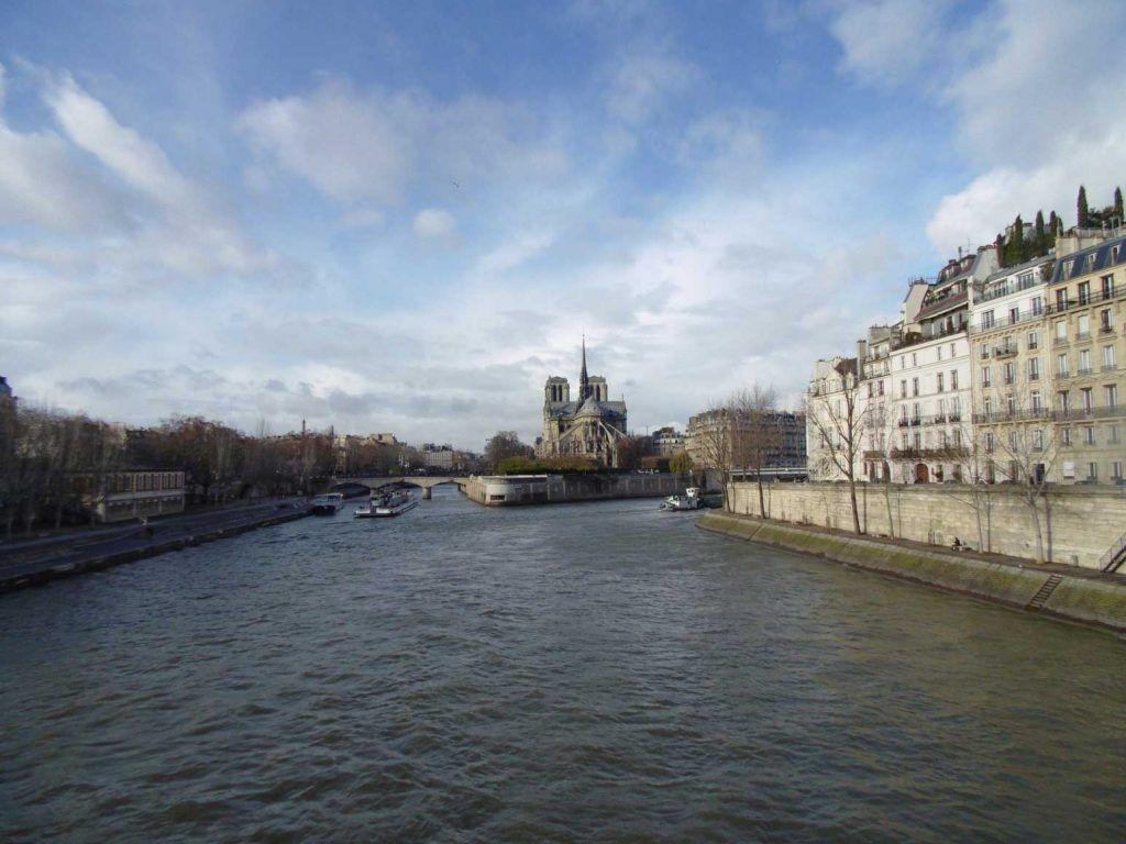 Embarcaciones cruzando el Río Sena